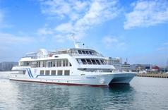 船内には大きな窓が設えられ、お食事中にも湾岸の景色を眺めることができます。