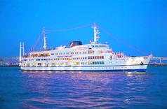 大型客船に乗り、優雅でリッチなディナータイムを過ごせるコースです。