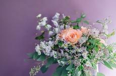 お花のプレゼント|グリーンや季節の草花などを多く使うスタイルが人気の「VESTITA」のブーケ |フラワーギフト